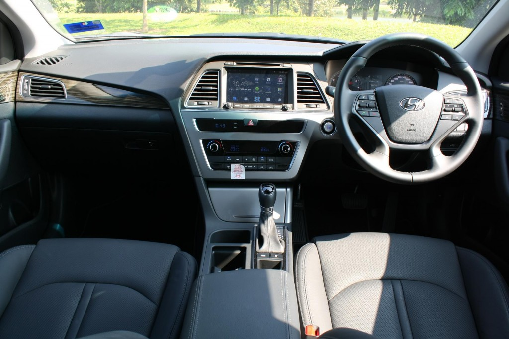The new Sonata goes with a driver-oriented layout for the dash.
